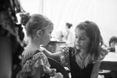 Enfants aux loges de la bodega pour une soirée baile