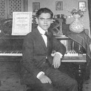 Federico García Lorca au piano, en 1919, à Grenade. (Collection Fundación Federico García Lorca).